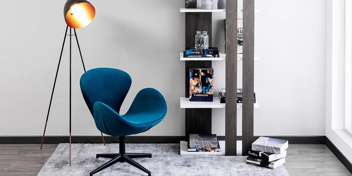 Encuentra el equilibrio ideal. Resalta tus muebles en maderas oscuras con tonos neutros (blanco o negro).