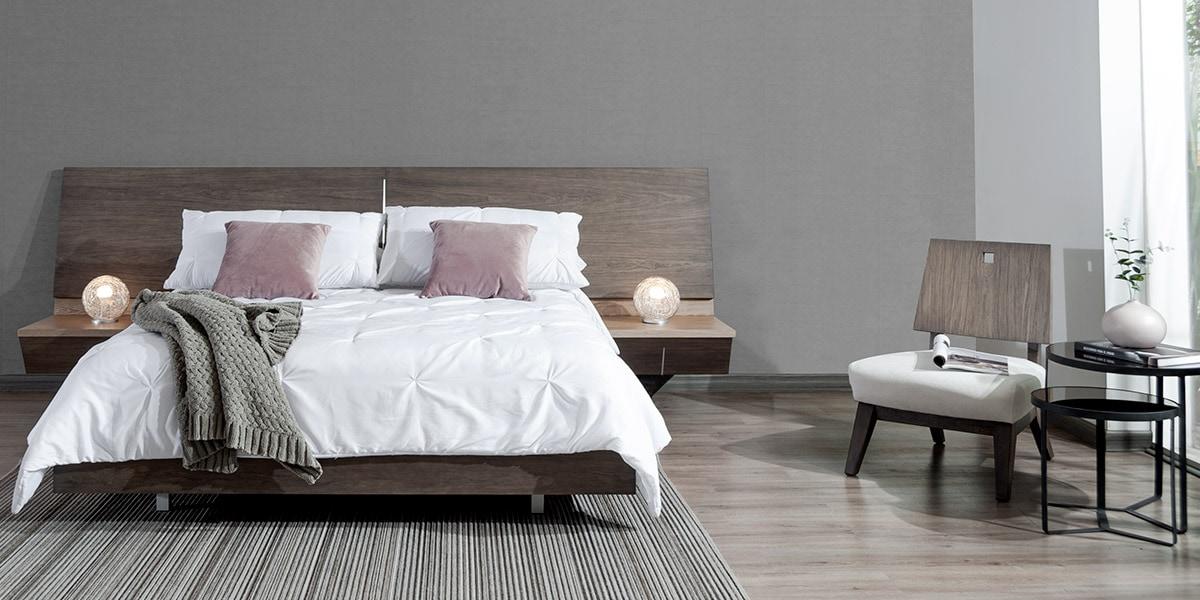 Espacios sin obstáculos visuales, muy al estilo LOFT, incluyen maderas oscuras en textura ceniza para muebles, pisos o paredes.
